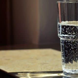 która woda lepsza? gazowana czy niegazowana?